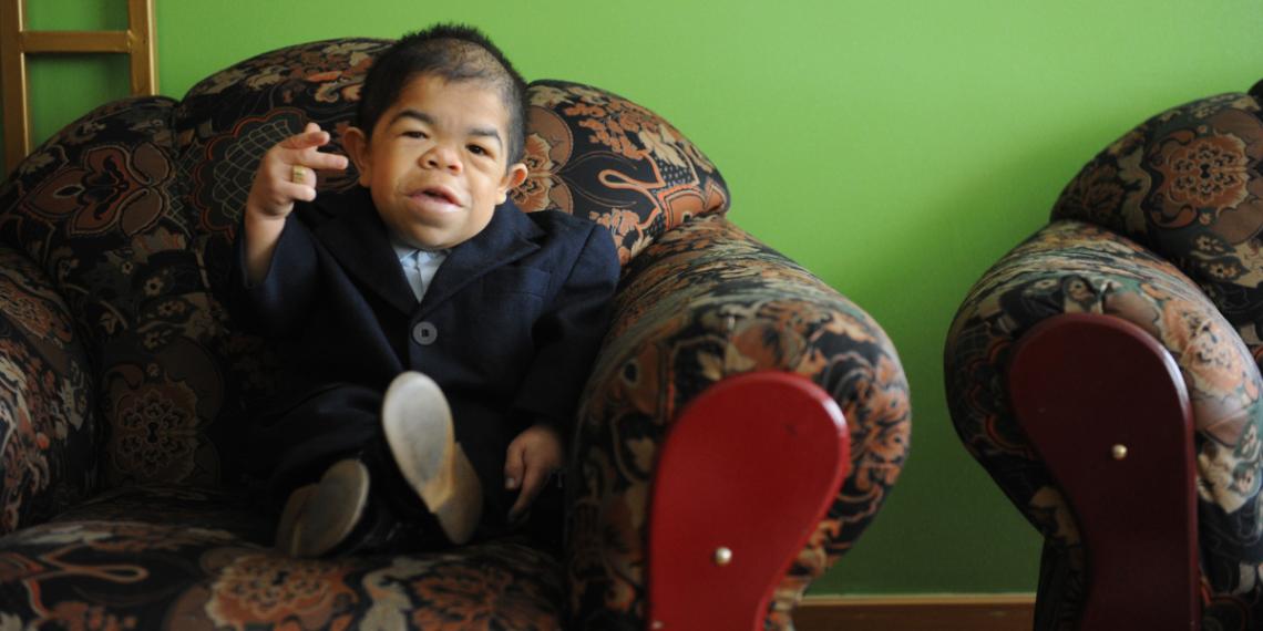 Edward Niño, el hombre más pequeño del mundo con movilidad