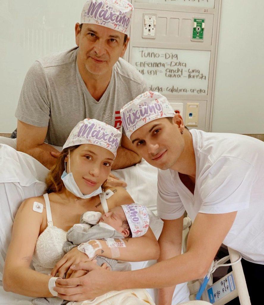 Luisa Fernanda W y Pipe Bueno sostienen a su bebé recién nacido