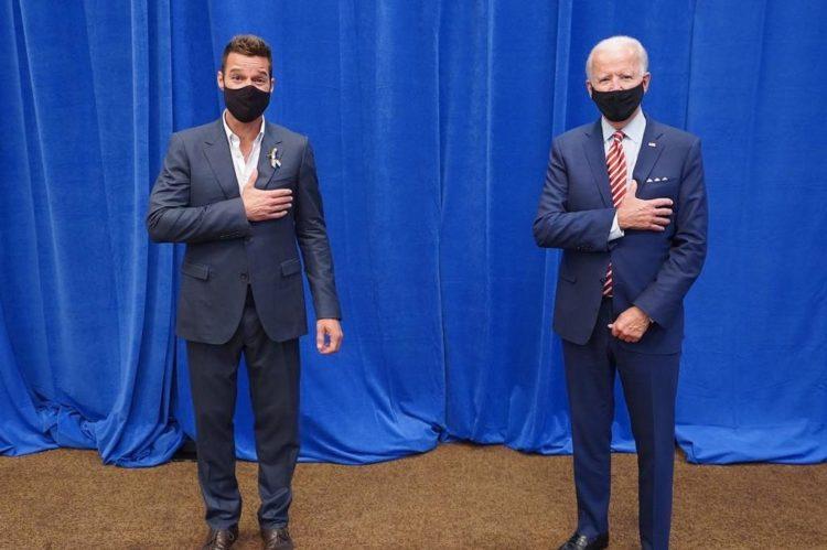 Ricky Martin posando junto al candidato Joe Biden
