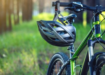 Niño raya auto con su bicicleta