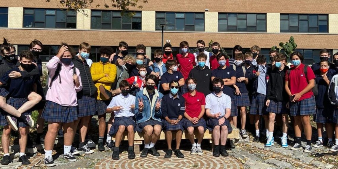 Estudiantes de secundaria en Canadá usan falda