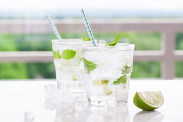 bebida de hierbabuena y limón
