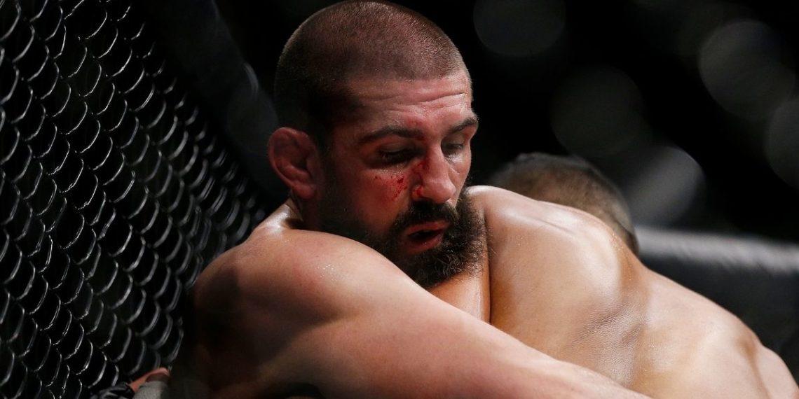 Peleador de UFC se fractura la nariz, la acomoda y sigue en combate
