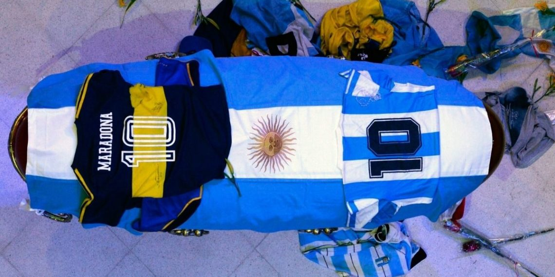 Empleados de funeraria se tomaron fotos con el cuerpo de Maradona