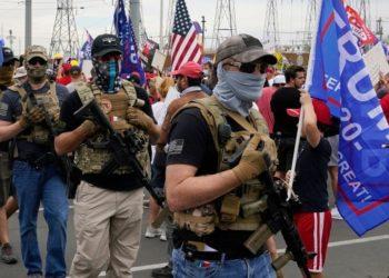 Manifestantes armados frente a una oficina electoral en Phoenix, Arizona
