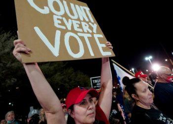 """acusa a Trump de """"flagrante abuso de poder""""tras pedir la interrupción del recuento de votos"""