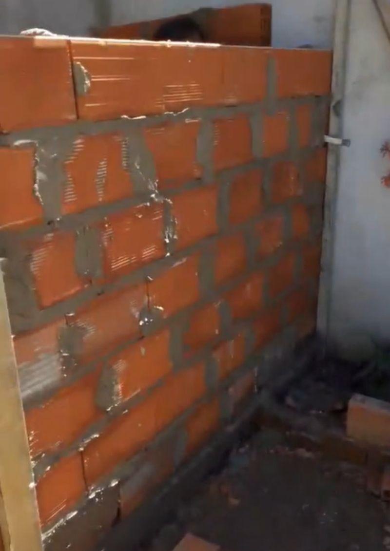 Albañil construye cuarto sin puerta