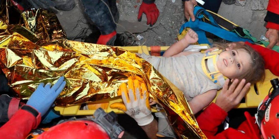 rescate de niña tras terremoto en Turquía