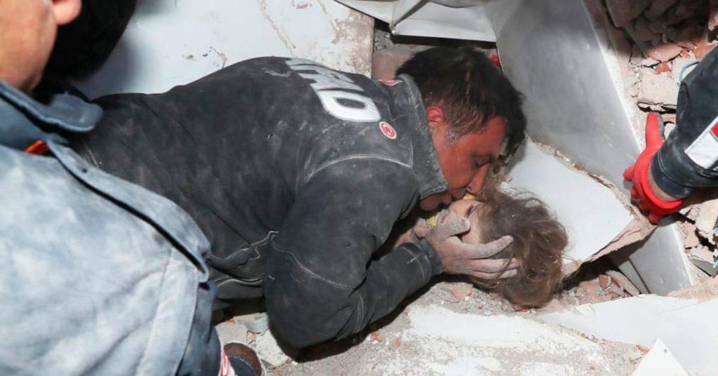 niña rescatada tras terremoto en Turquía.