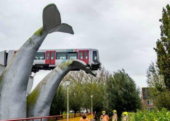 Escultura de una cola de ballena evitó a que un vagón del metro cayera al agua
