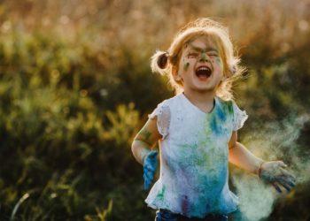 Enseña a tus hijos a amar sus defectos y virtudes. Foto: Freepik