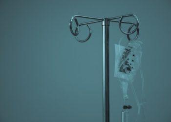 Joven celebra al curarse en la pandemia cáncer