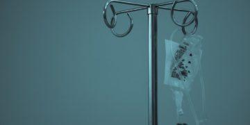 Joven celebra al curarse en la pandemia