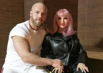 Yuri Tolochko, el Hombre se casa con una muñeca de silicona