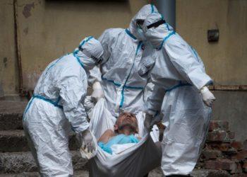 Médicos rusos combatiendo la pandemia, atendiendo a un paciente con coronavirus. AP
