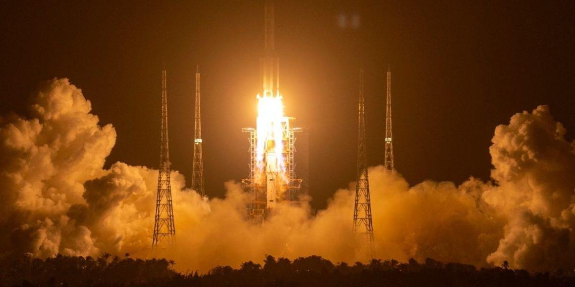 Despegue de la sonda espacial china Chang'e 5 hacia la Luna. AP