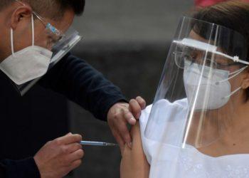 María Irene recibió la dosis en el Hospital General, en Ciudad de México.