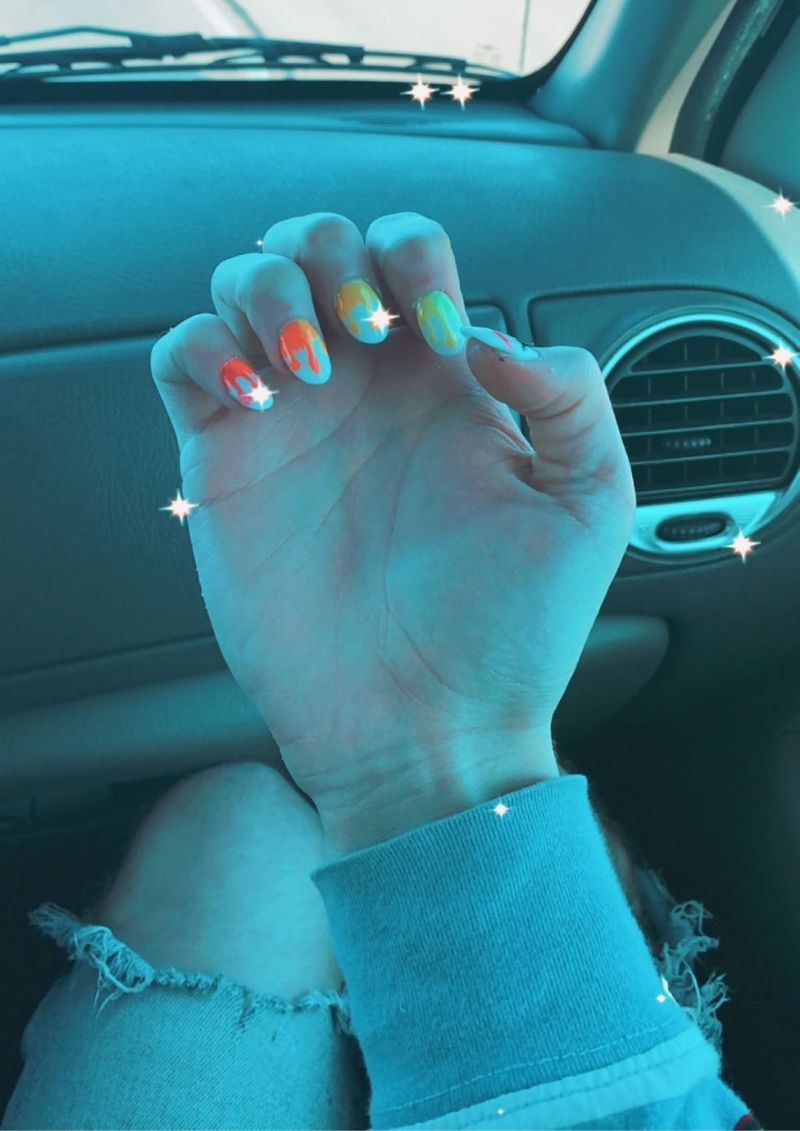 joven expulsado pintarse las uñas