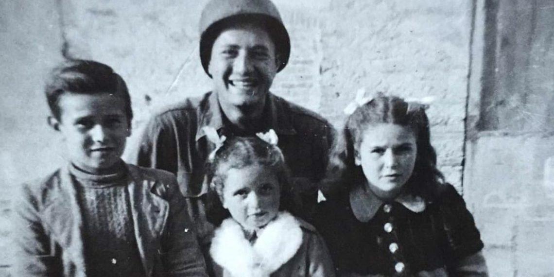 soldado y niños que rescató en Italia en la segunda guerra mundial