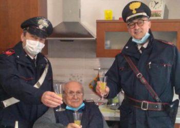 Anciano que vive solo llamó a la policía para un brindis