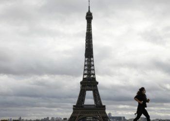 Torre Eiffel mantendrá cerrada por restricciones de bioseguridad. Fuente: AFP