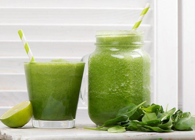 Jugo saludable con hojas verdes