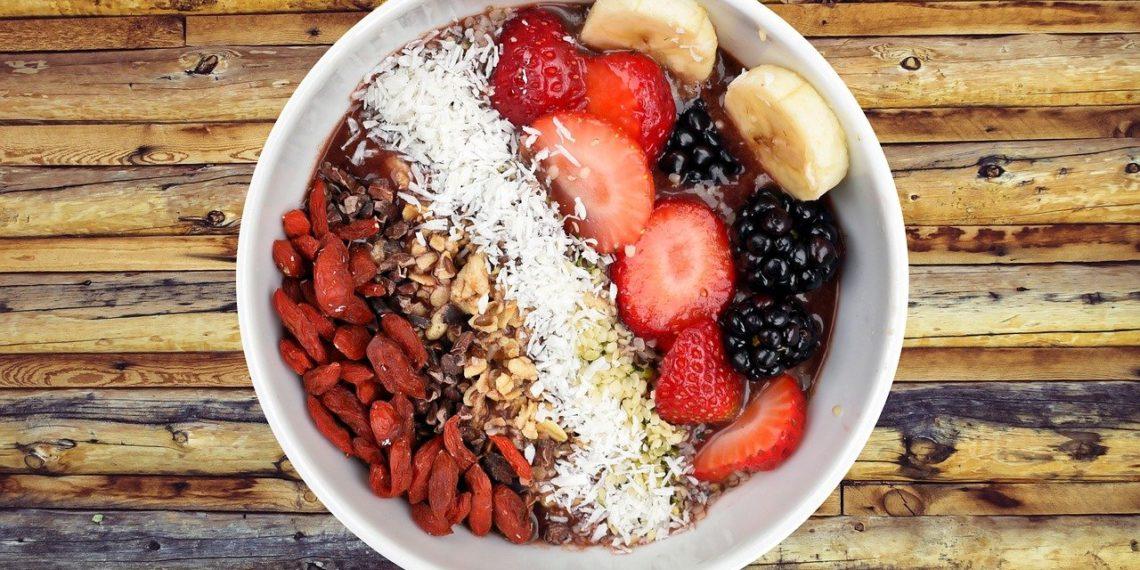 Receta e ingredientes para hacer un bowl de frutos rojos