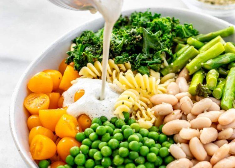 Cómo hacer una receta de ensalada de granos de 3 modos distintos