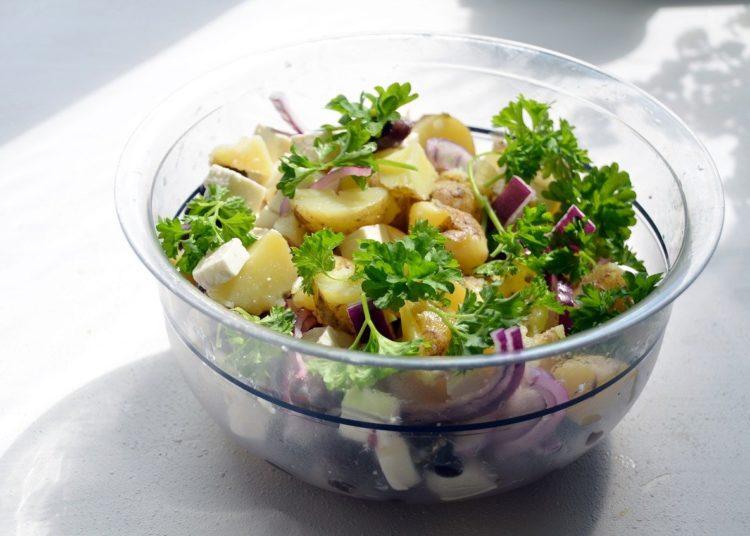 Bowl con papas y cebolla morada
