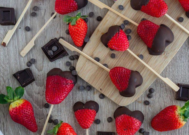 Chupetas de fresas con chocolate
