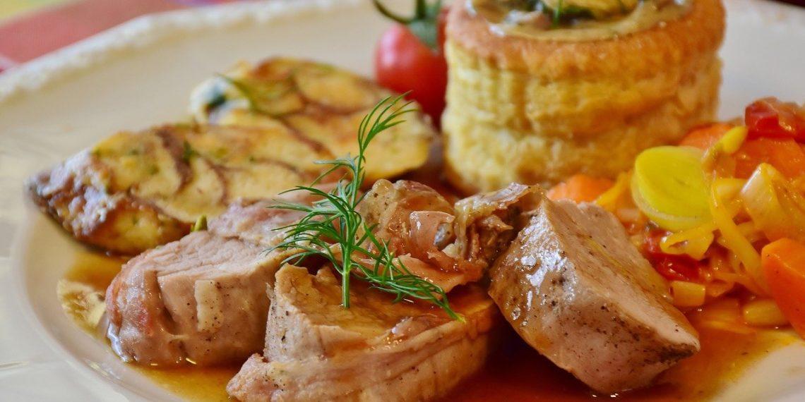 Cómo hacer lomo de cerdo relleno, pechuga de pavo y pollo horneado
