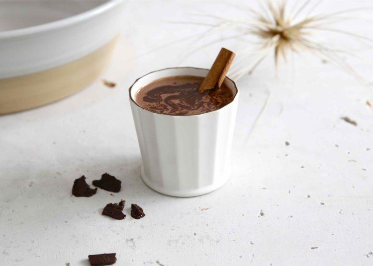 Cómo hacer una receta de chocolate caliente baja en calorías con cacao
