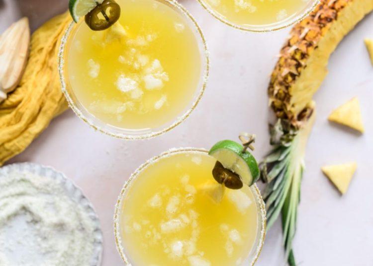 Cóctel saludable con jugo de piña