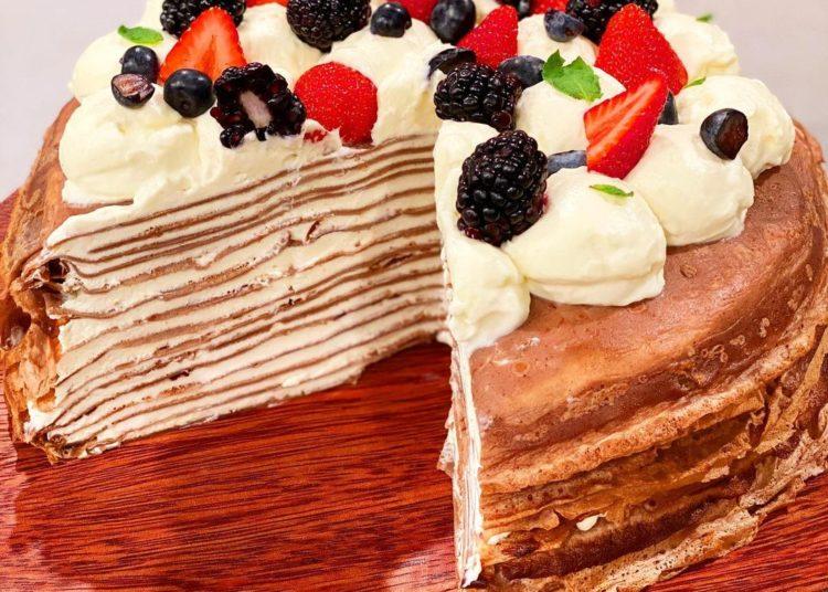 Pastel formado con tortitas delgadas