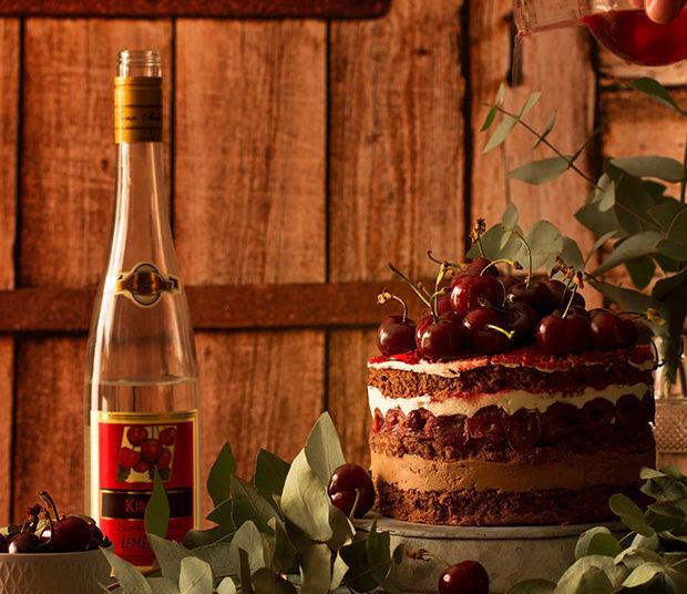 Pastel relleno con cerezas, crema chantilly y crema de chocolate