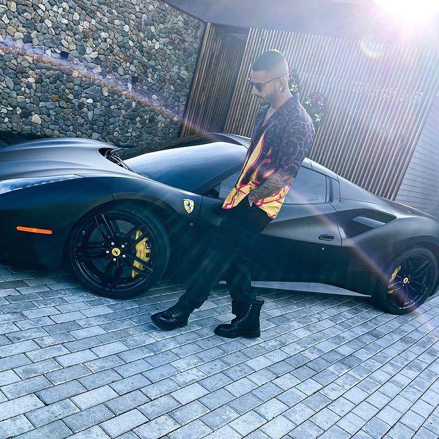 Maluma y su nuevo Ferrari negro