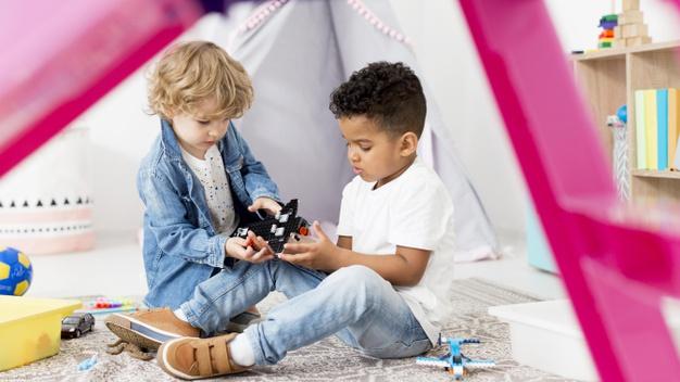 Melchor dijo a los niños que jueguen con lo que les hace ilsuión. Foto: Freepik