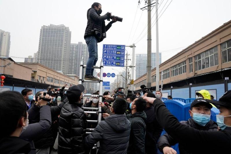 Expertos de la OMS visitaron el mercado de Wuhan