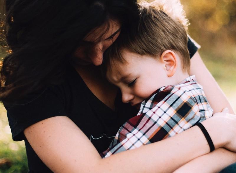 Abraza a tu hijo cuando tenga una rabieta porque es cuando más lo necesita