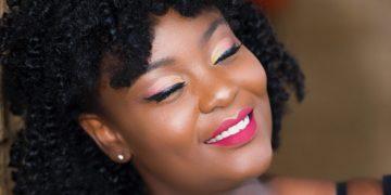 Mujeres que usan amquillaje tienen más autoestima y sacan mejores notas