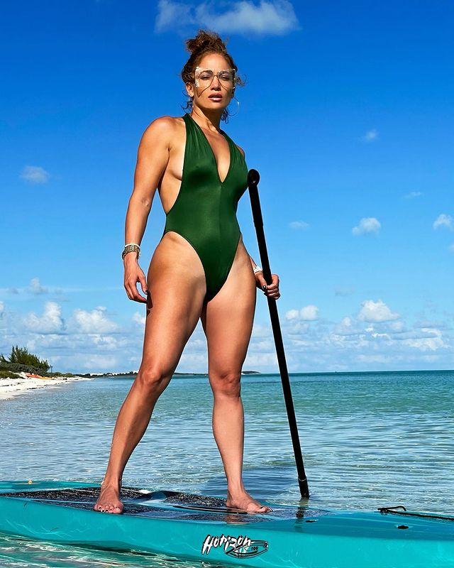 Difunden fotos de Jennifer Lopez usando traje de baño en las que se evidencia la celulitis