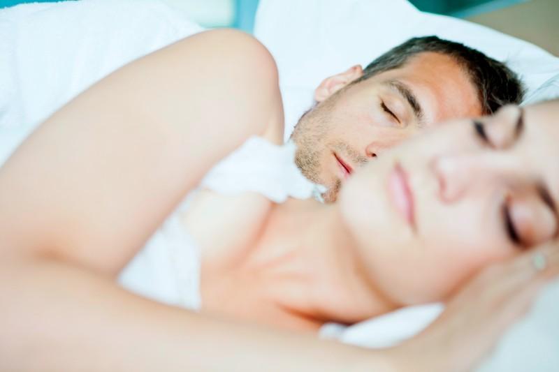 la ciencia demuestra que las mujeres necesitan dormir más que los hombres