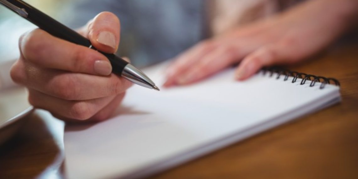 Joven se fue a vivir con su novio y su suegra le envió una lista de instrucciones