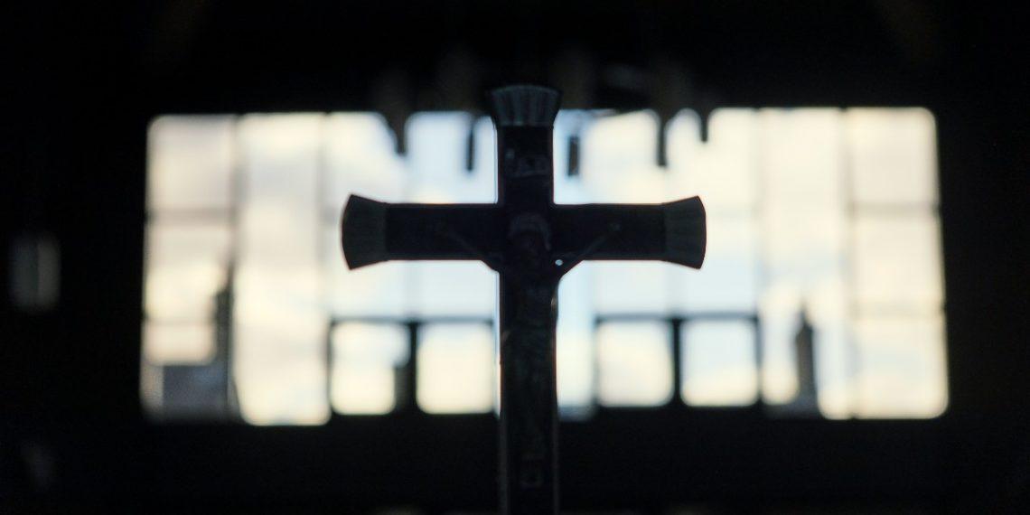 Niño sobrevivió a bala perdida que le impactó en un crucifijo