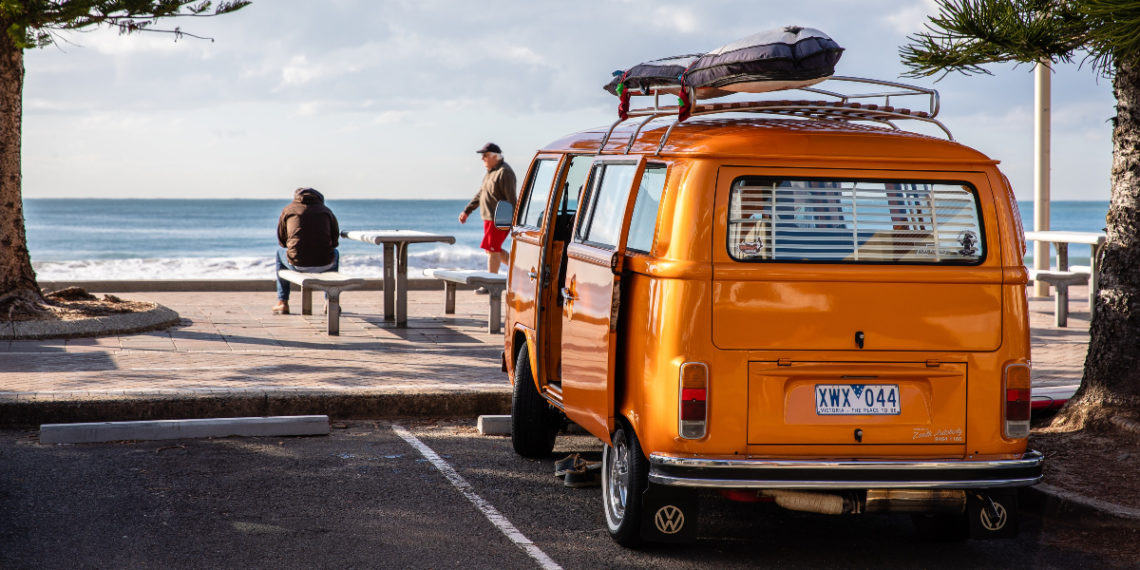 Pareja argentina convierte minivan en casa rodante para viajar hasta Alaska