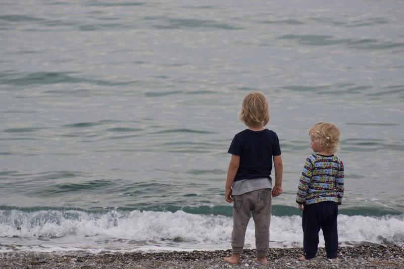 Psicólogos advierten de los peligros de que hermanos mayores críen a los menores