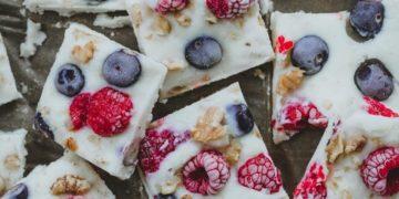 Barritas de yogurt proteicas y caseras con frutos rojos