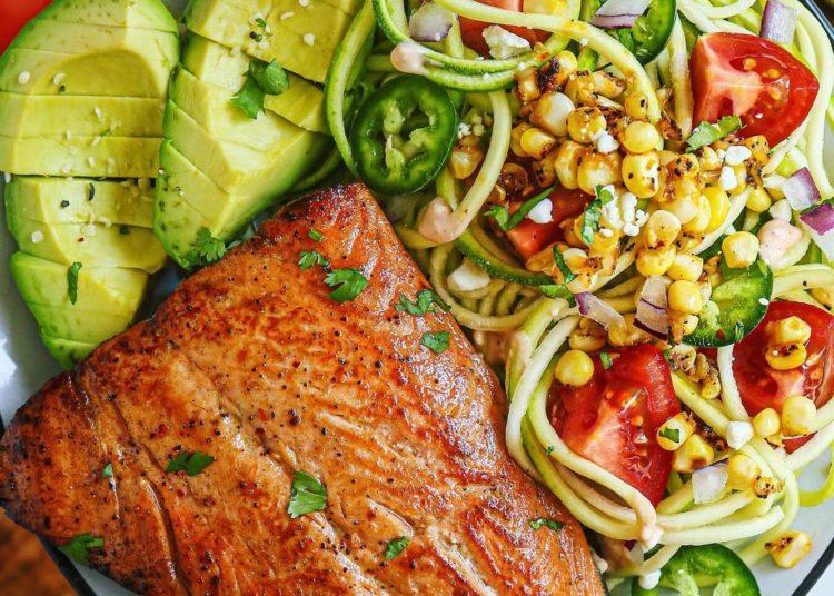 Salmón, zucchini y maíz
