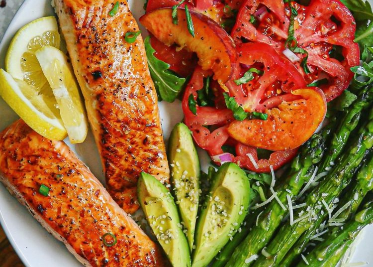 Comidas ricas y saludables con pollo, camarones y salmón para almuerzo o cena: son económicas