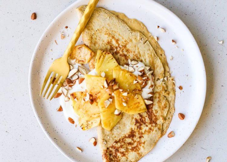 Tortitas de banana con piña y yogur